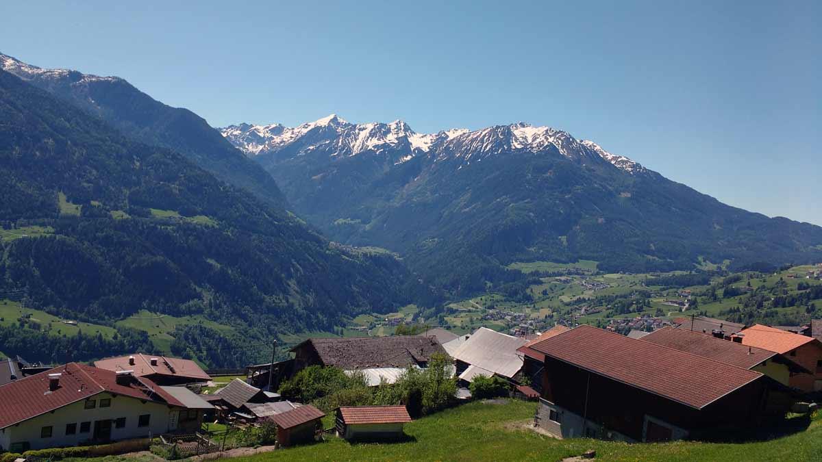 Blick über Hochasten Richtung Wenns, im Hintergrund die noch schneebedeckten Gipfel des Kaunergrats um die Hohe Aifnerspitze.