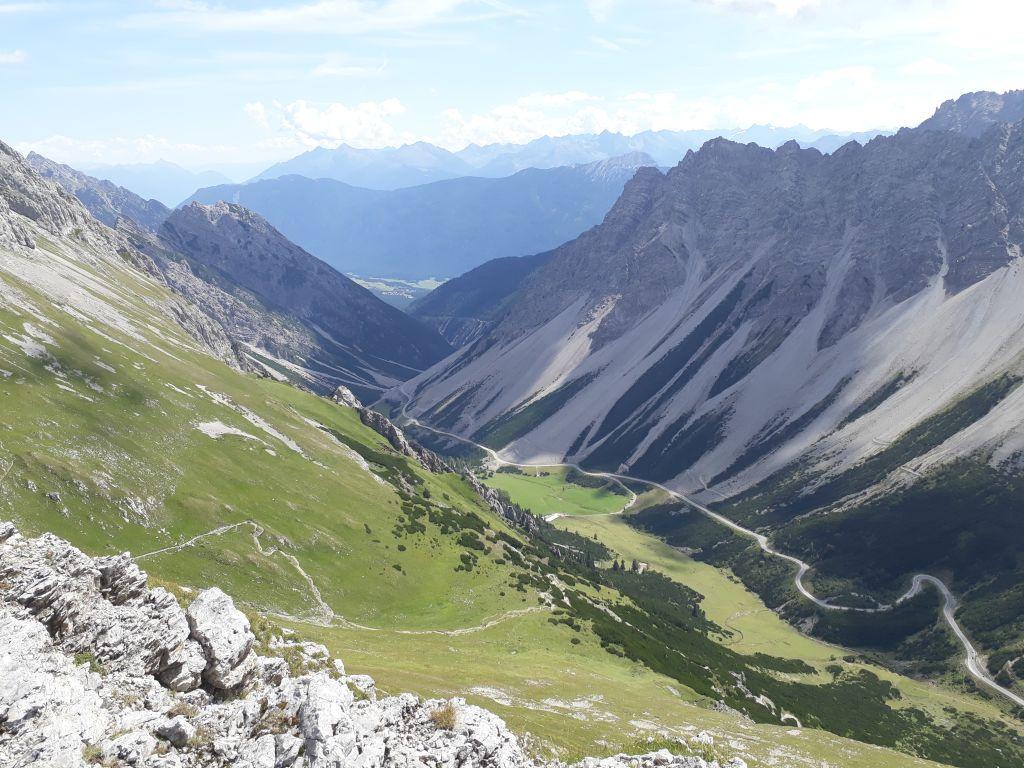 Bis ins Gurgltal reicht der Blick: Der lange Rücken des Tschirgants und im Hintergrund die Nördlichen Ötztaler Alpen