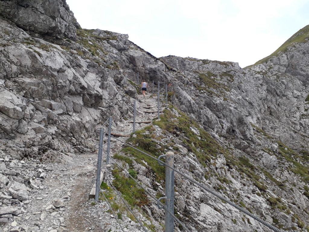 Versicherter Steig kurz unterhalb des Steinjochs