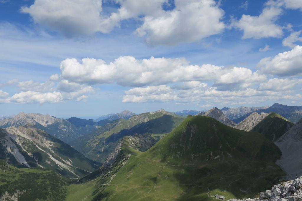 Blick bis ins Voralpenland, unten rechts die Anhalter Hütte