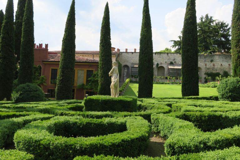 Geschmückt von zahlreichen antiken Statuen & Brunnen