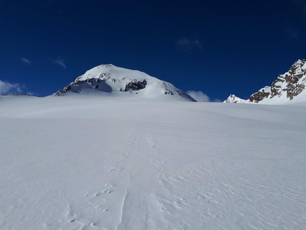 Über den flachen Löcherferner – der Gipfel bereits im Blick