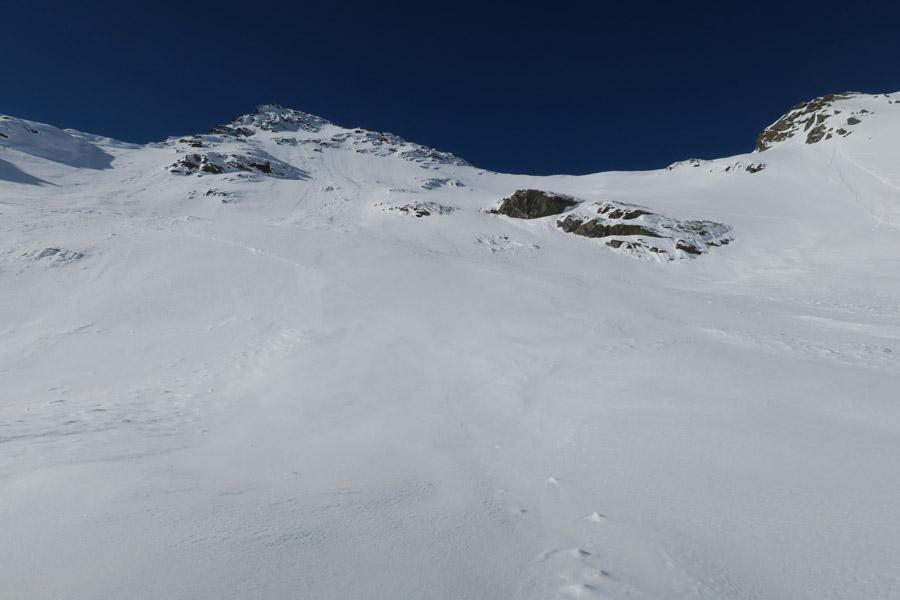 Blick auf den sehr steilen letzen Hang vor dem Joch (tiefster Punkt, rechte Bildhälfte)