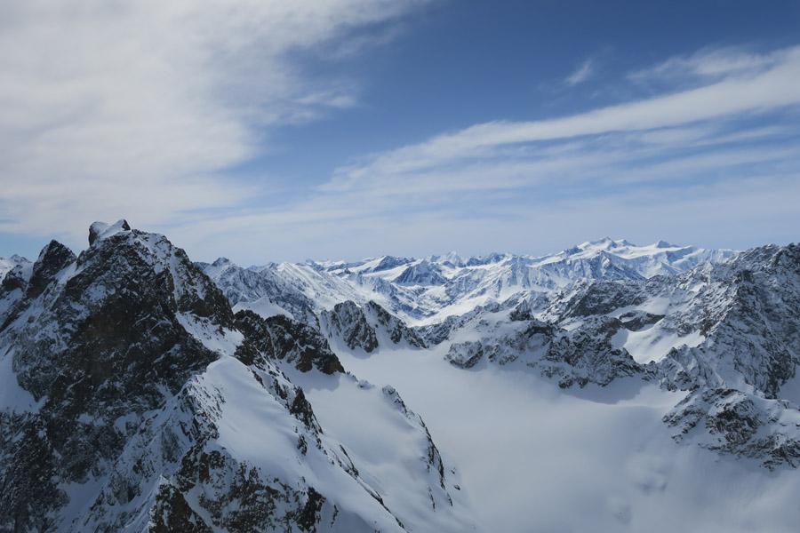 Am Gipfel: Blick auf die benachbarte Rofelewand & die Wildspitze im Hintergrund
