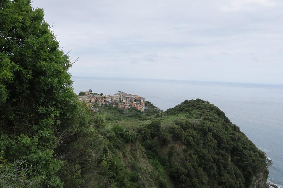 Blick auf Corniglia, das hoch oben auf der Klippe thront.