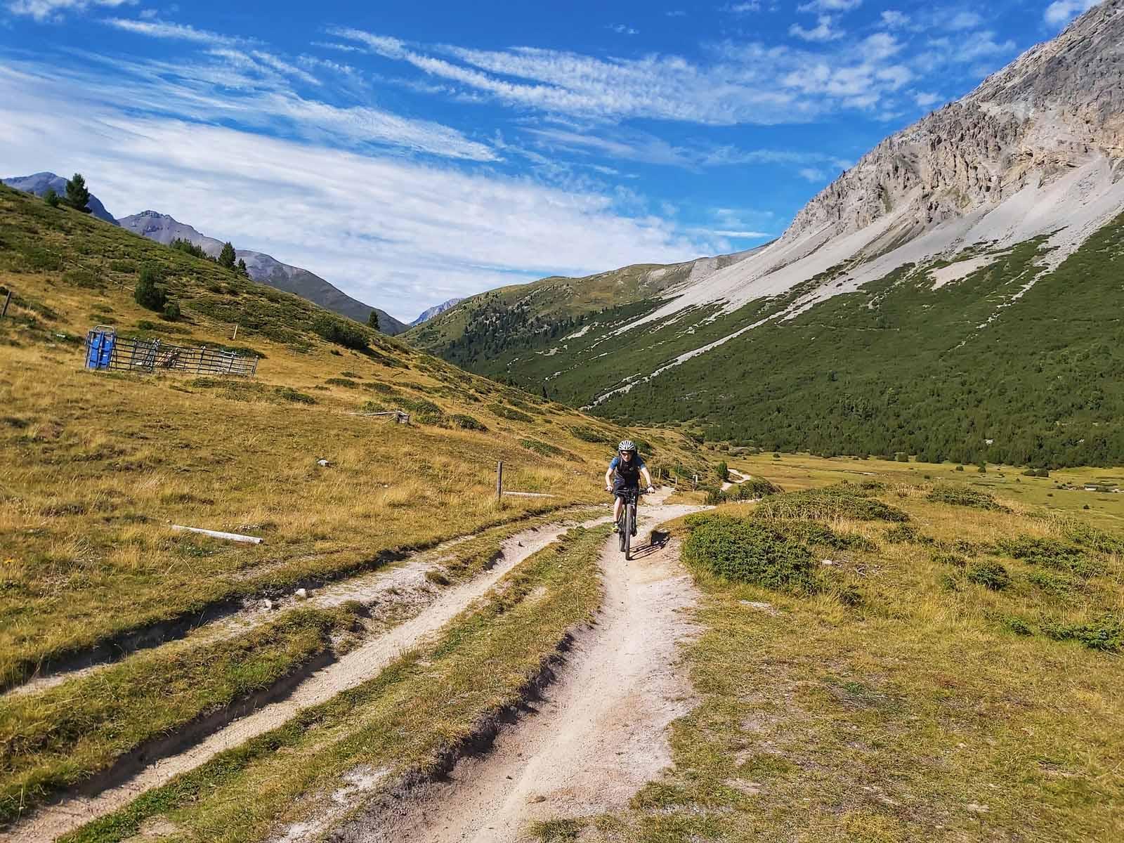 Immer fahrbar: der Weg zum Passo Costainas