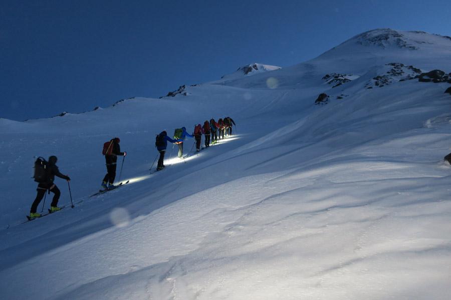 Früh aufbrechen heißt es, wenn man die gesamte Strecke mit Ski zurücklegt.