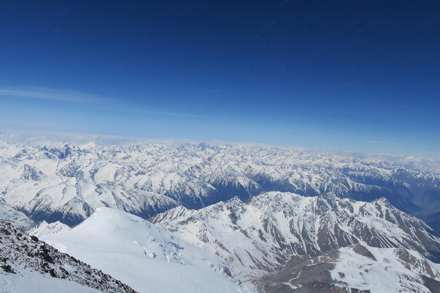 Endloses Panorama am Elbrus-Gipfel