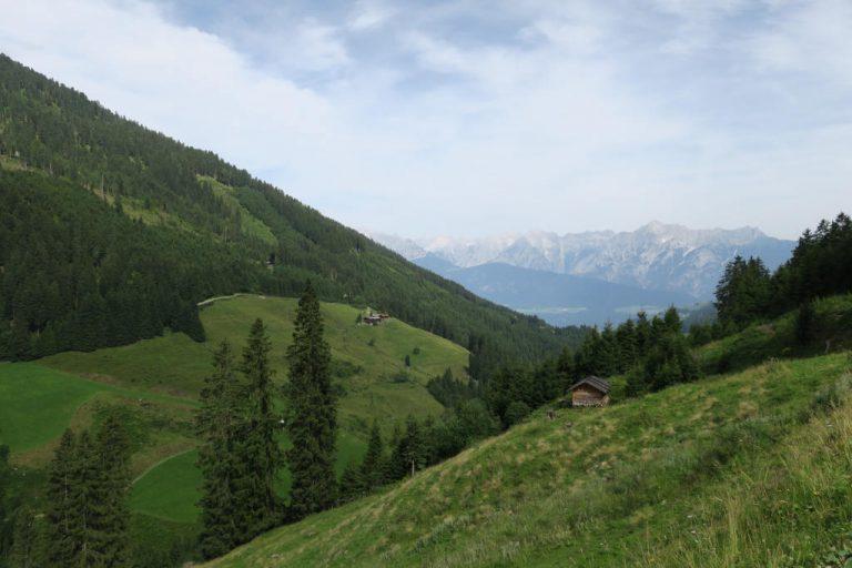 Auffahrt über Weerberg, Blick zurück nach Innsbruck auf die Nordkette