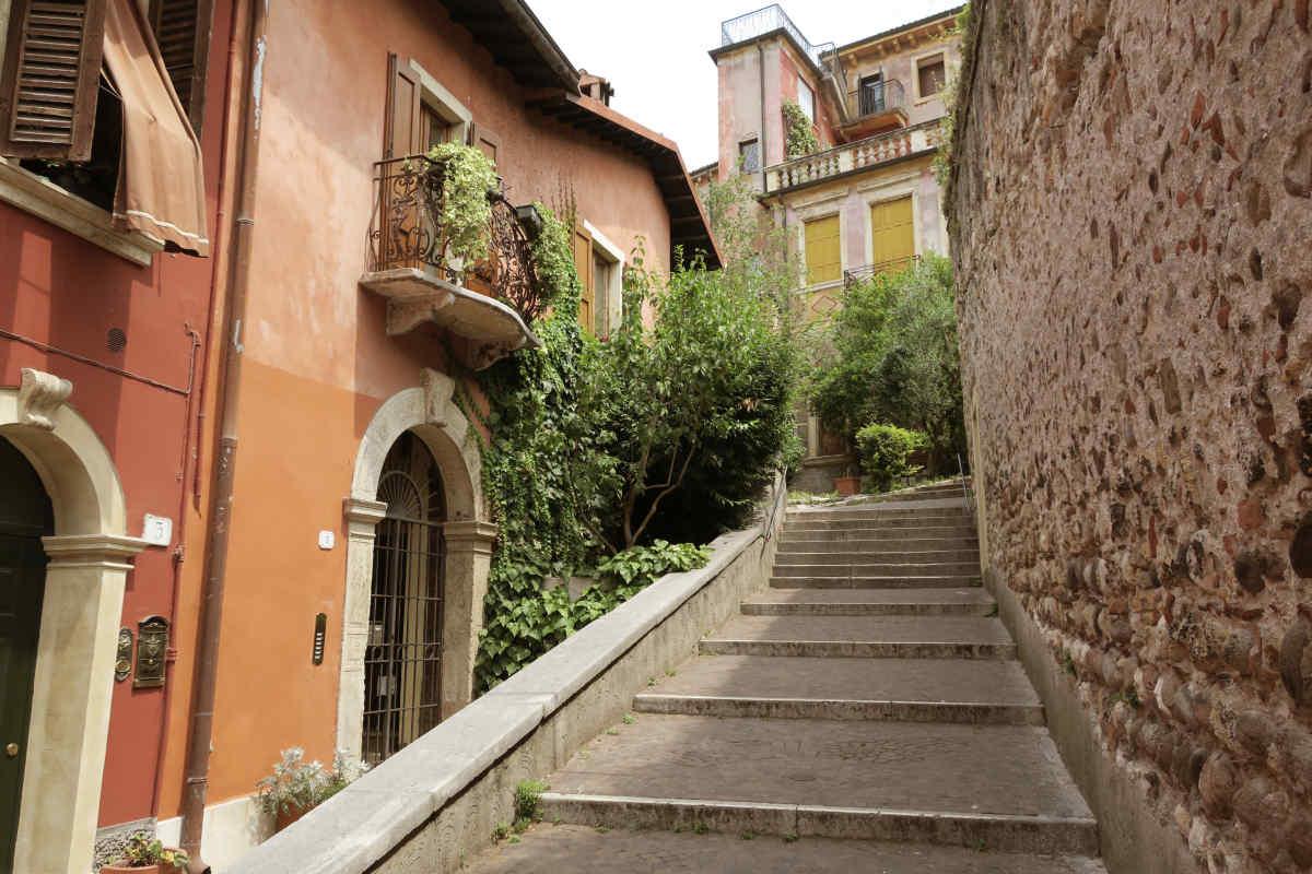 Treppen hinauf zum Colle S. Pietro