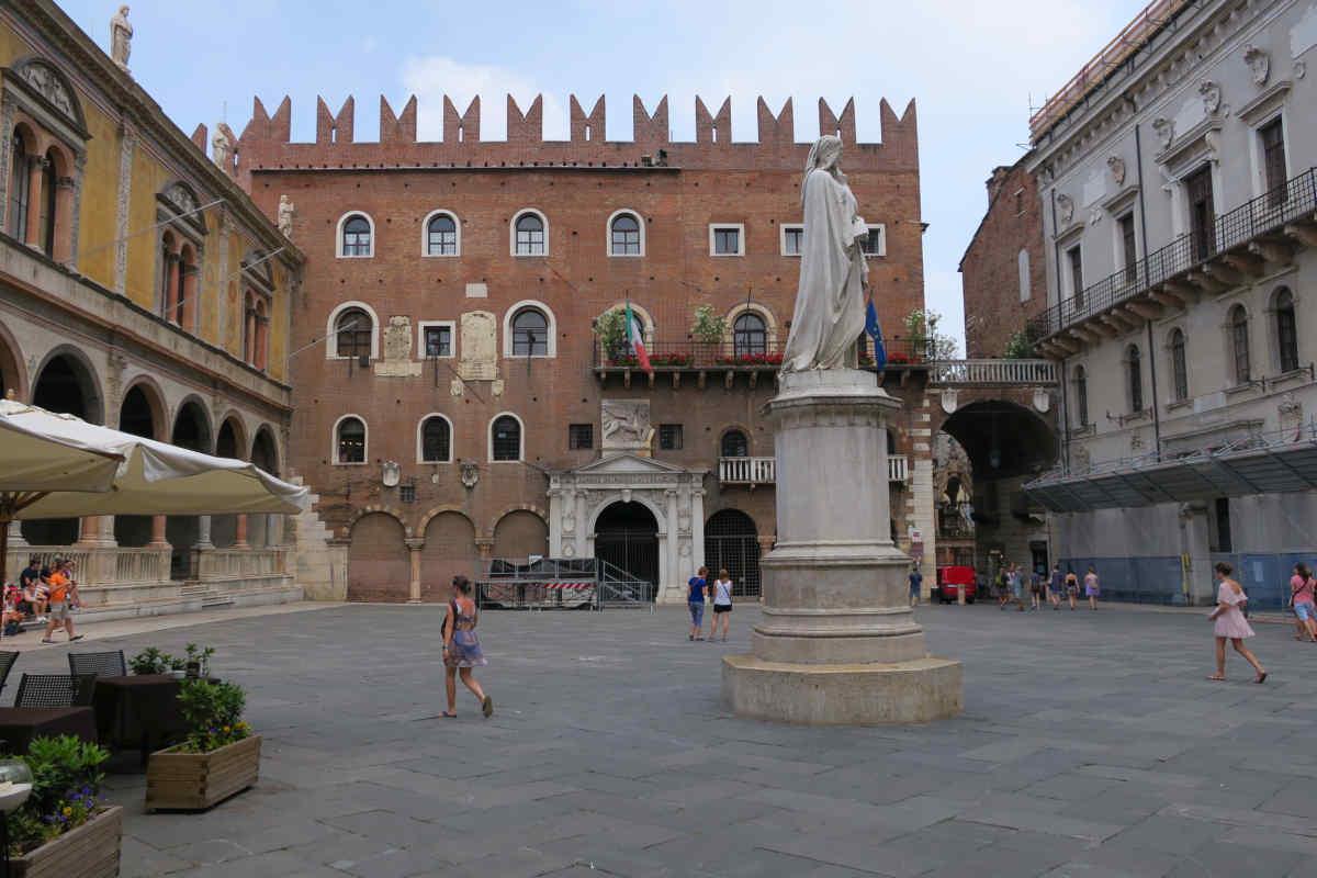 Dante Statue auf der Piazza dei Signori