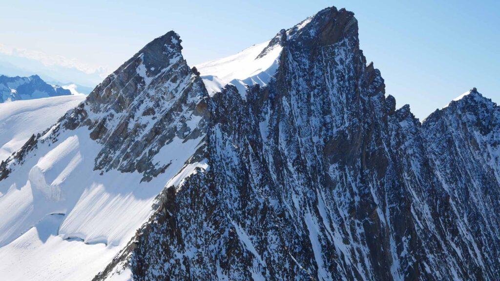 Stecknadelhorn, dahinter das Nadelhorn mit dem markanten Gendarmen am Beginn des Gipfelgrats