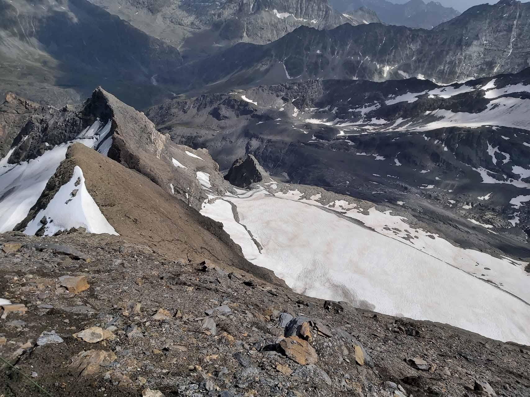 Über die Schuttflanke hinab zum Glacier de Boussine